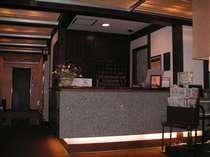 天井一面の竹の間からの光がやさしい『和』テイストなフロントです。
