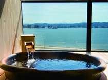 客室の露天風呂でも松江しんじ湖温泉のお湯を楽しめます。※温度調節のために加温しています。