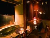 【雲の7】露天付き客室の8畳・10畳にはバーカウンターを設置。