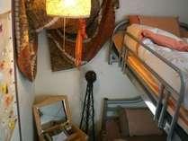 TV・空冷蔵庫・扇風機・ドレッサーを完備。2段ベッドタイプのお二人様用の個室です。
