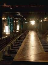 2F居酒屋「長屋」にて厳選された食材と熟練シェフ達の競演によるバラエティ豊かな料理を提供いたします。