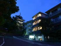 *【宿外観・夜】目の前にはライトアップされた興福寺が