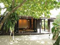 お庭から見る和室の風景です。お庭には南洋植物が茂り、サンゴの砂を敷き詰めホウキ目を入れてあります。