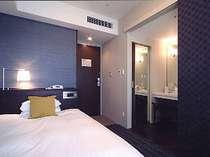 22平米の余裕のあるスペースとセミダブルサイズのベッド。バス、トイレを独立させた新感覚のお部屋。