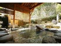 ゆったりとご利用いただける露天風呂。館内の階段を通ってお入りいただけます。