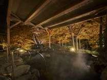 露天風呂(秋):湯に浸かりながら赤や黄色に変化した周辺の木々を見るのは一段と見応えがあり癒されます。