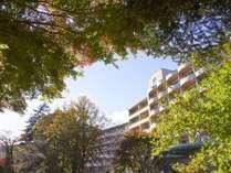 外観(秋):当館は鬼怒川温泉エリアの喧騒からも少し離れた自然を思う存分感じることができる場所に。