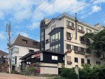 当館は赤倉温泉街の中心にあります。