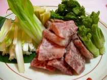 「和牛と春山菜の陶板焼き」のイメージです。