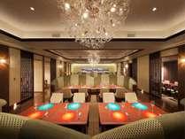 新食事処【ラミュゾン】美しい青と橙のシェルマットを起点として設計。料理とお酒と会話を楽しむ大人の空間