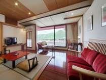 ■本館客室「上層階寛ぎのフロア洋室」(ツインベット+居間12平米)居間イメージ