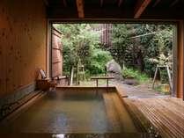 源泉掛け流しの貸切風呂「かく恋慕」は畳のお休み処付。 (龍宮)