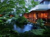 静かな高台に佇む夢の季自慢の日本庭園。四季折々の風情をお楽しみください