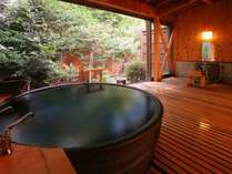 源泉かけ流しの貸切風呂でとっておきのお時間をお過ごしください(黒陶器の湯「一休」)
