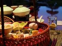 ご夕食は季節の彩り、味覚をゆっくりとお楽しみくださいませ。