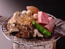 「栃木牛」と「きのこ」の朴葉焼。秋の恵みを贅沢にお楽しみください。