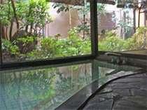 中庭を眺める浴室