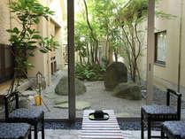 【中庭】気持ちのいい風が吹き抜ける中庭。ほっと一息つける、癒しの空間と評判です☆