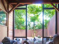 新緑の木漏れ陽差す露天風呂で日頃の疲れを癒します