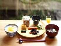【田舎の朝食ビュッフェ】朝はカラダに優しいお惣菜ときのこ汁で