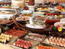 金目鯛の刺身や握り寿司、海鮮網焼、揚げたて天麩羅に牛溶岩焼きなど実演コーナーも充実の60種バイキング■