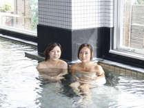 広くて明るい大浴場は湯量も豊富(脱衣籠の横にスリッパ置き場がございます♪)