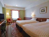【禁煙】パークサイドツイン(27平米)110cmX195cmのシングルベッド2台。ホテル中庭側のお部屋です。