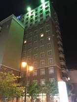 ホテル外観(夜)繁華街にありアクセス良好!
