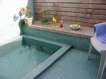 海風と花の香りの露店風呂、24hどうぞ。