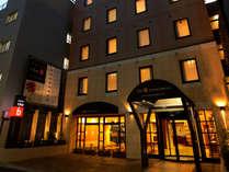 ホテル 正面玄関。夜に
