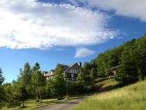青空とお宿の風景