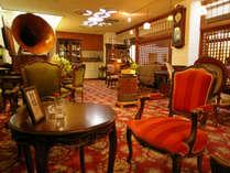 **【喫茶古都】アンティークな雑貨や家具が飾られた落ち着いた空間です