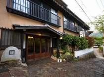 *大正ロマンあふれる小さな宿。石畳を登り切った湯平温泉街の高台に位置しています。