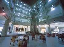 エントランスにそびえる高さ13mの屋久杉のオブジェ