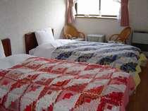明るく広々としたお部屋のベッドカバーはオーナーの手作り、ぬくもりのあるひと時をお過ごしください。