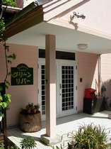 玄関。07年に壁を塗り替えました。