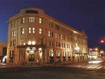 【ホテル外観(夜)】ノスタルジックな雰囲気が増す夜のヴィブラントオタル。