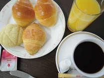 【無料朝食】パン3種、コーヒー・オレンジジュースをご用意しております(7時~9時)