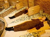 五色岩盤浴 ねころびの床(1F)岩盤浴でたっぷりの汗を流してリフレッシュ。デトックス効果の期待も。