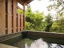 濡れると水色に変わる伊豆石と虹色に輝く、パール石造りの優雅な露天風呂。