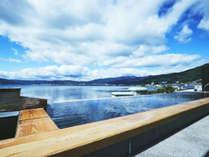 【展望露天風呂】露天風呂はあたたかい湯気が立ち、その中から見る諏訪湖が幻想的です。