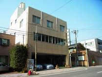 *【外観】JR西千葉駅から徒歩3分の場所に建つ、静かな旅館。