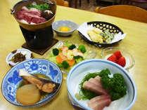 *【夕食全体例】旬の食材や地元の幸を使用したボリューム満点の和食料理をご用意いたします。