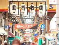 アークホテル大阪から徒歩20分程。地下鉄だと1駅。賑やかに活気溢れる黒門市場。