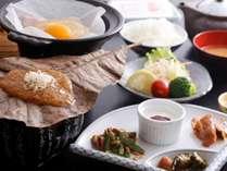 【朝食】飛騨の郷土料理「朴葉みそ」も並びます(一例)