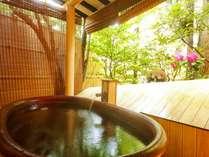 【露天風呂】1~2人が入れる小さな湯船ですが、風情を味わっていただけます