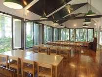 大きな窓の明るく景色のよい食堂。目の前には爺が岳スキー場。