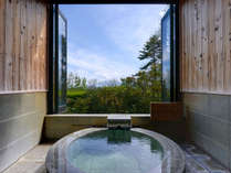 *風呂(貸切・露天)/大きな窓からは四季折々の自然の風景を眺めることができます。