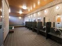 大浴場内にはTV付きサウナ、水風呂、しきり付きの洗い場等をご用意しました。(男性専用)