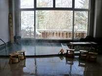 真柄の湯(男湯)「万代鉱原泉掛流し」冬期は、雪見温泉を心ゆくまでお楽しみください。